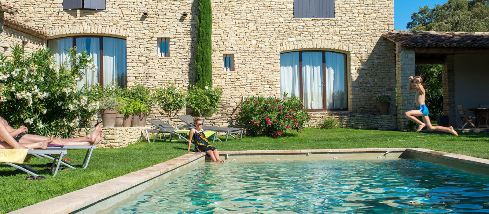 Mas avec piscine en Provence © Colombe Prod