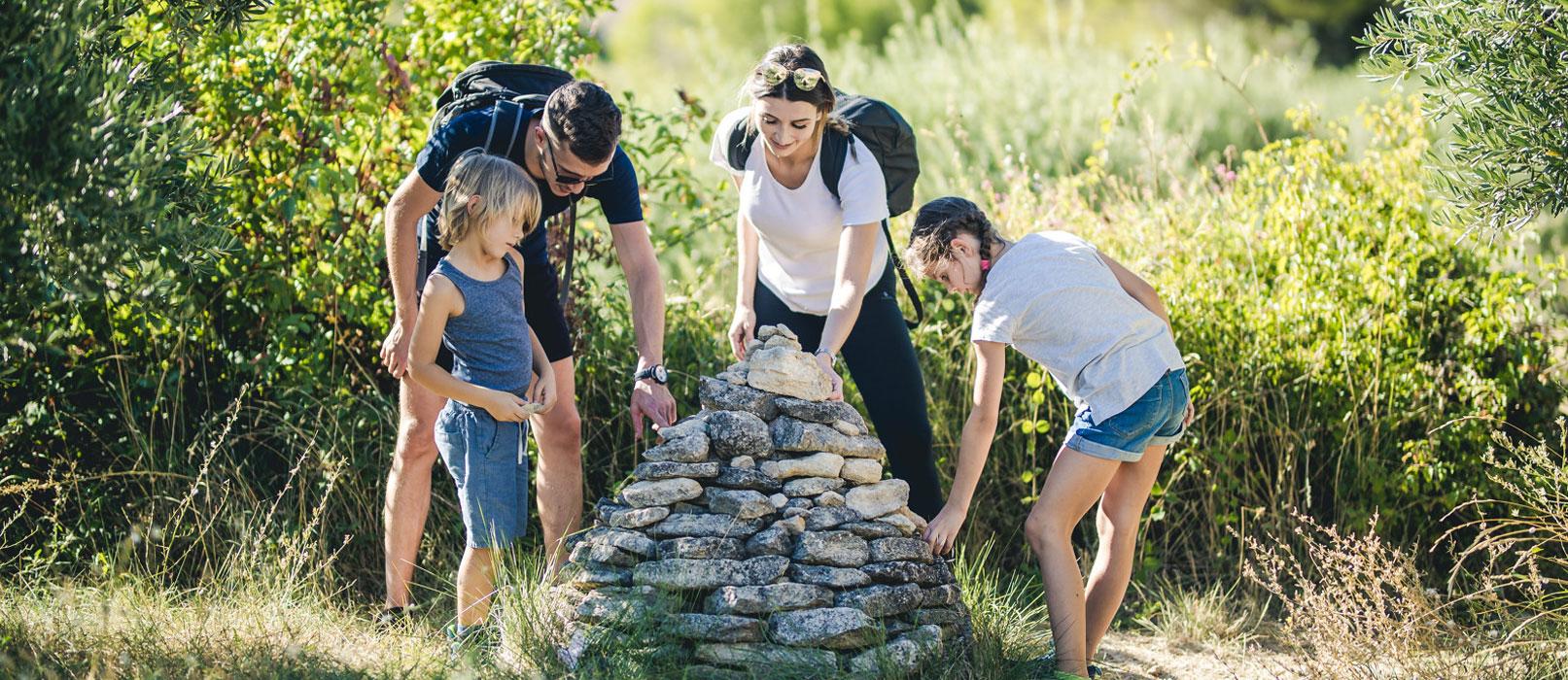 Famille en randonnée en Vaucluse © O'Brien