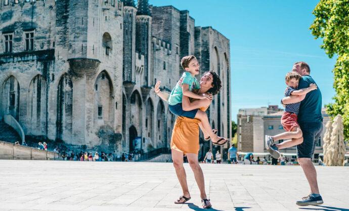 Famille à Avignon devant le Palais des Papes