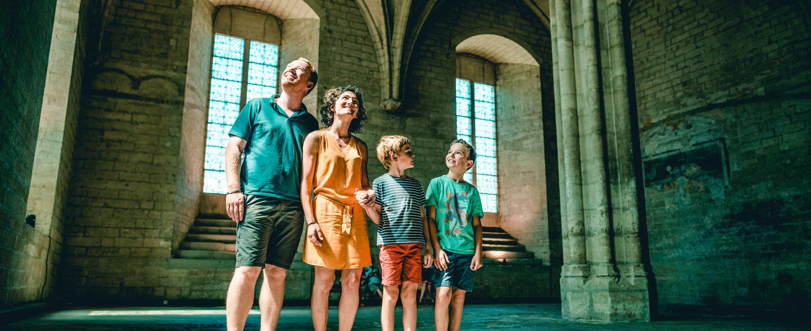 Famille au Palais des Papes à Avignon © O'Brien