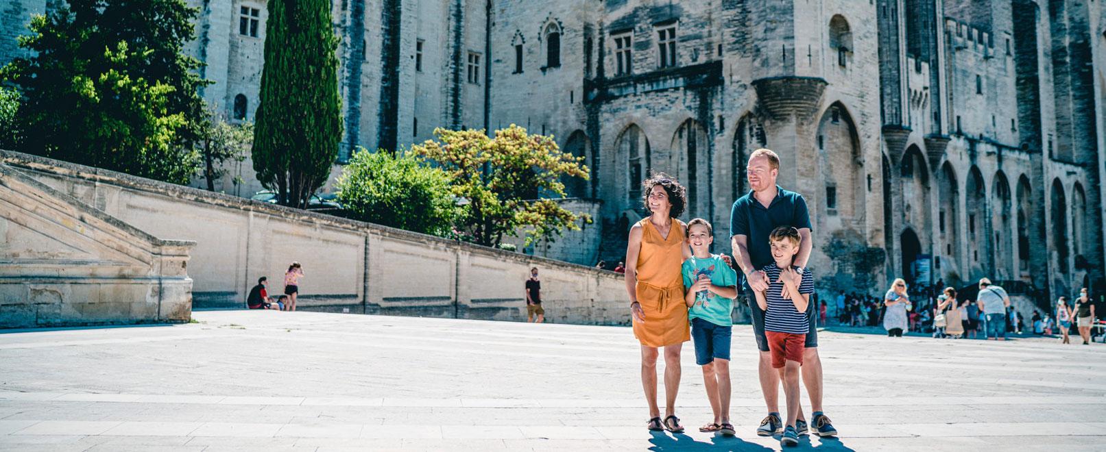 Famille sur la place du Palais des Papes © O'Brien