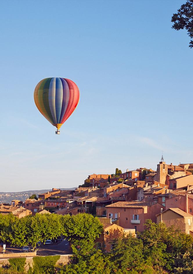 Montgolfièere au-dessous de Roussillon